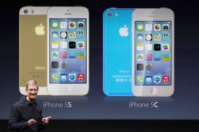 Makety iPhone 5S a iPhone 5C i s barevnými obaly